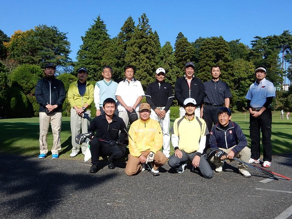 参加者全員で記念撮影、絶好のゴルフ日和となった