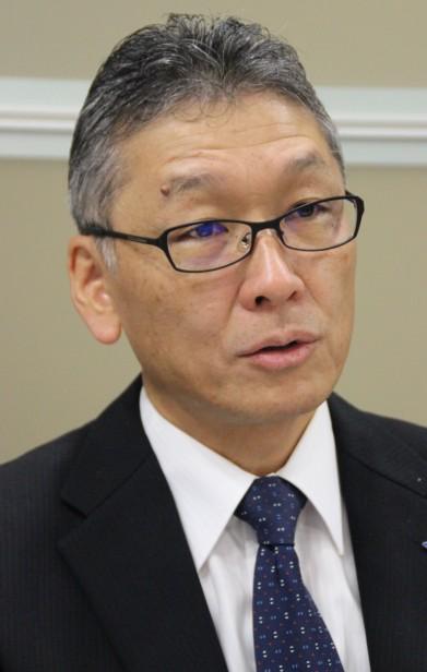 記者の質問に答える前田常務執行役員