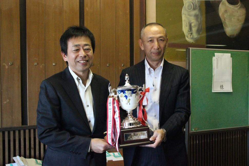 右・優勝の神谷氏、左・川島理事長