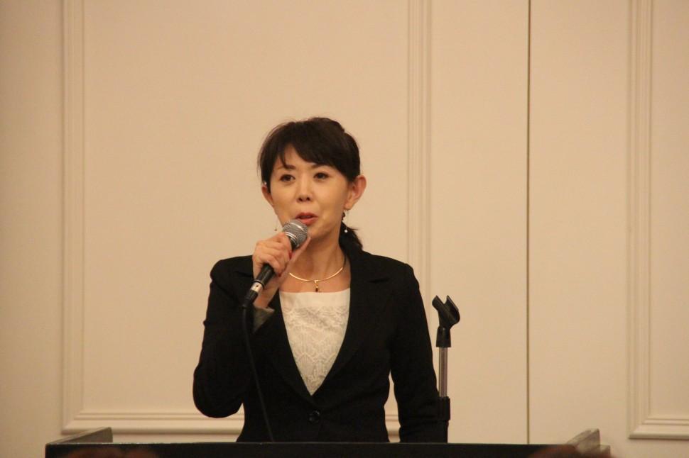 コミュニケーションやしぐさの重要性について講演する伊勢田氏