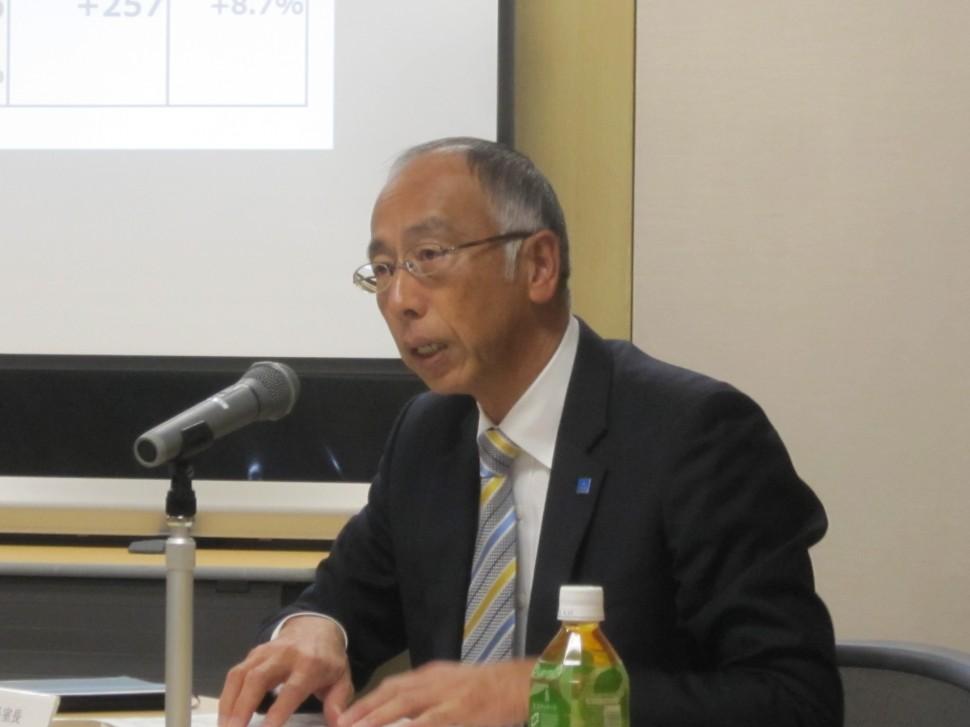 決算内容を説明する池田浩執行役員社長室長