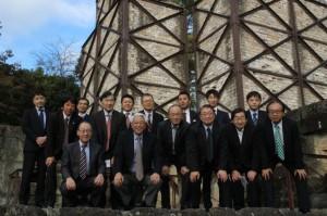 世界文化遺産の韮山反射炉の前で記念撮影