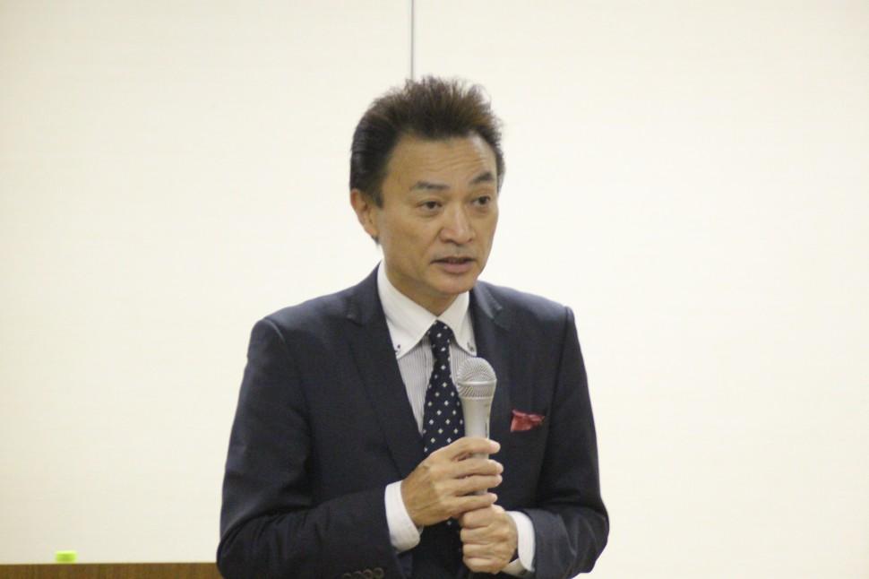 職場の雰囲気づくりについて講演する戸谷講師