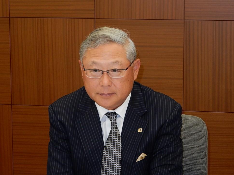 決算内容を説明する新田元庸社長