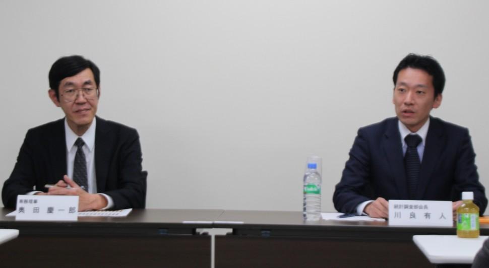 発表を行う奥田慶一郎専務理事(左)と川原統計調査部会長
