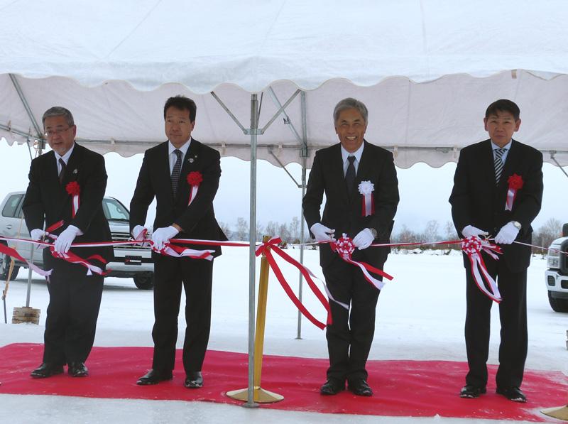 テープカットする野地横浜ゴム社長(右から2人目)と西川旭川市長(同3人目)