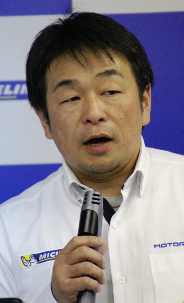 モータースポーツ活動を紹介する小田島マネージャー