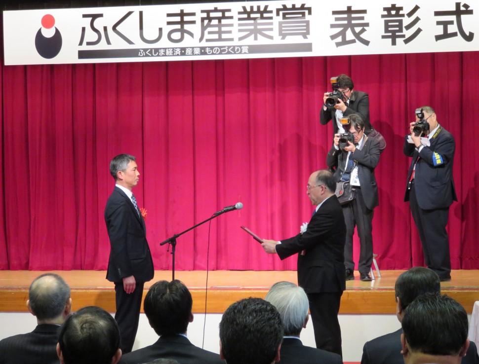 授賞式の様子(左:齋藤工場長)