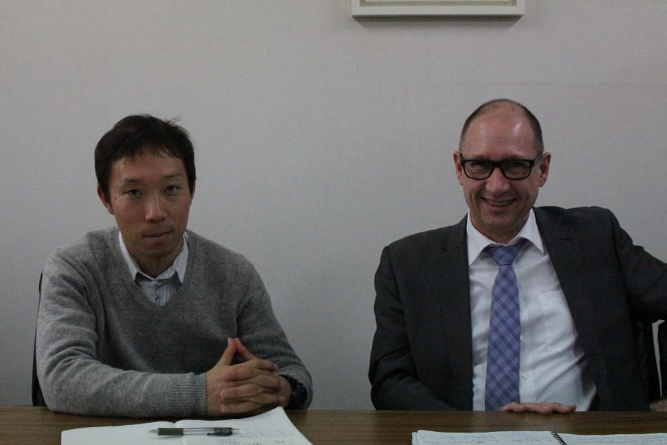 左がレップ担当の杉本氏とパスカル氏