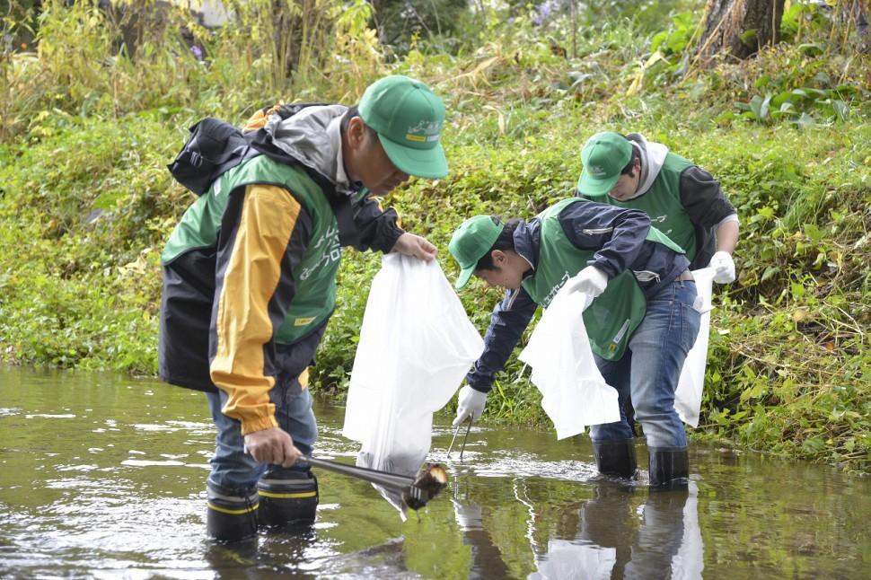 忍野八海での清掃活動(山梨県)