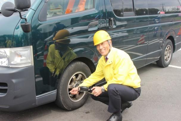 タイヤの点検を行う野地会長