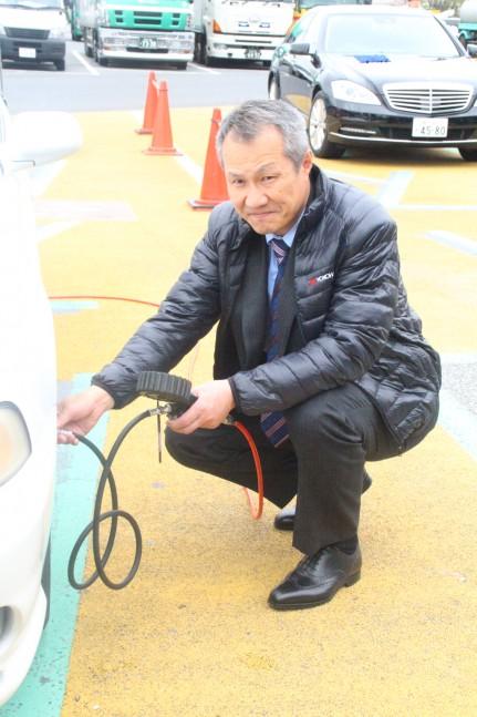 空気圧を計測する三上修ヨコハマタイヤジャパン代表取締役社長