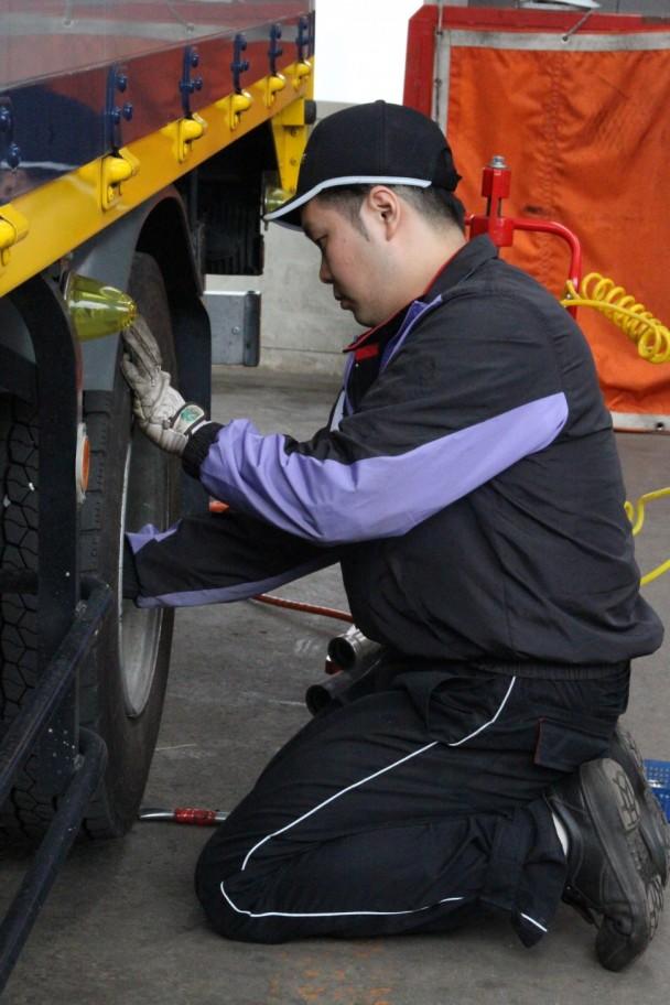 トラックタイヤの脱着作業を行う