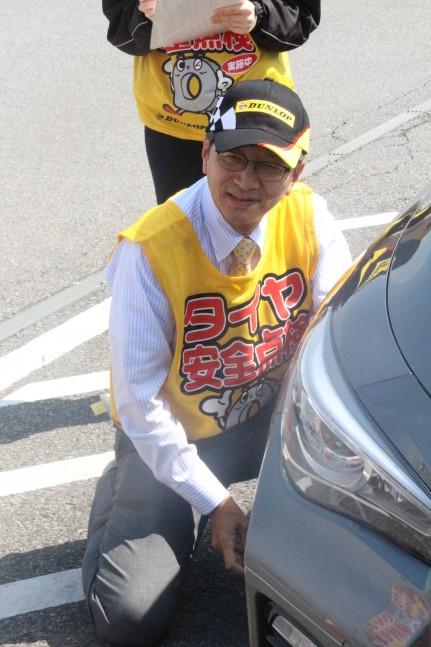 タイヤ点検をする田中宏明代表取締役副社長