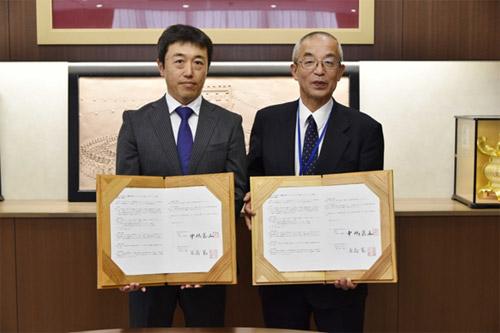 熊本県山鹿市役所で行われた契約締結調印式の様子