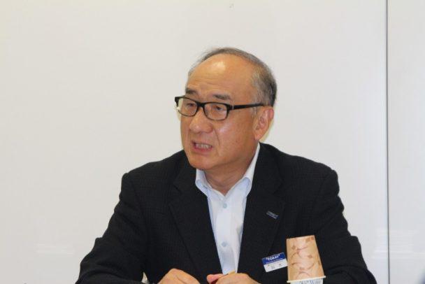 記者会見に出席した鈴木信博社長