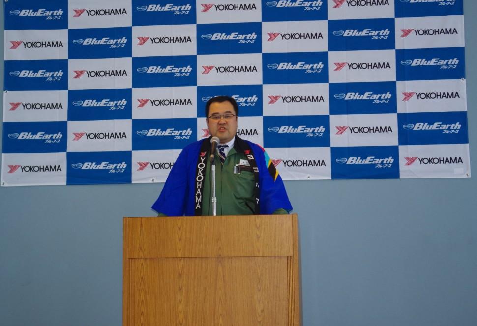 開会式で挨拶をする富岡聖三島工場長