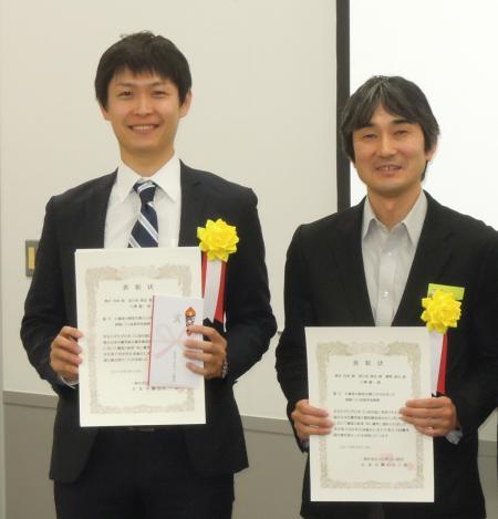 表彰状を手にする清水克典氏(左)と 網野直也氏