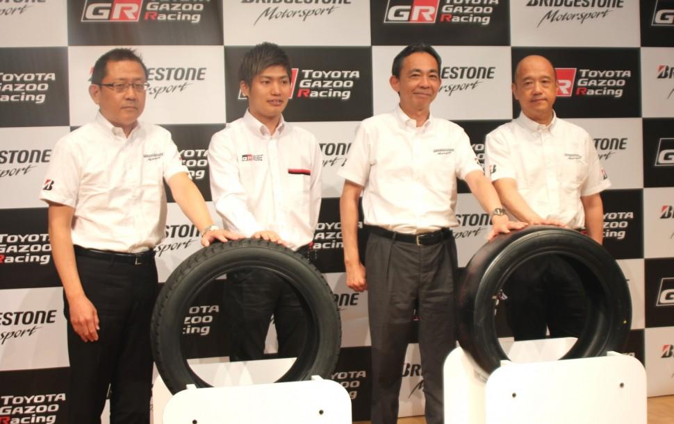 (左から)井出日本直需タイヤ販売第2本部長、大嶋氏、久米モータースポーツ推進本部長、坂野タイヤ開発第2本部長