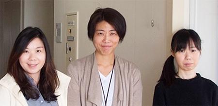 ゴムゲノム解読メンバー。(左から)ニョクシン・ラウ博士、蒔田(中井)由布子研究員、川島美香テクニカルスタッフ
