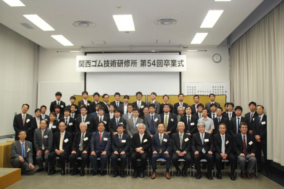 卒業生40人と関係者で集合写真