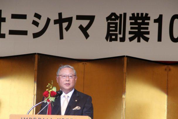 祝辞を述べる新田社長