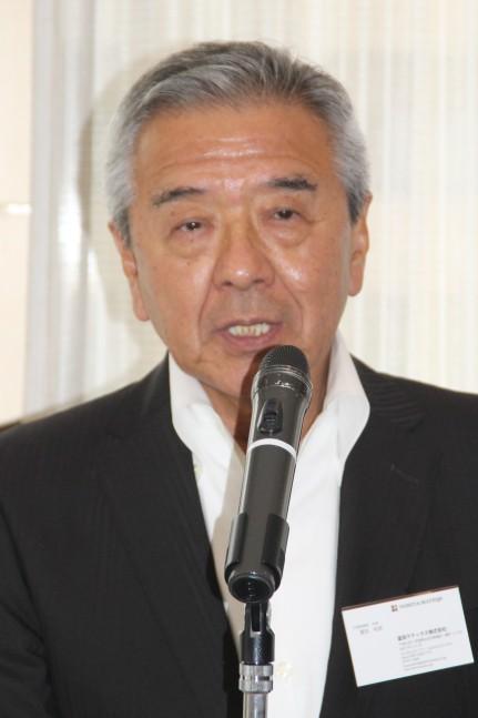 あいさつする富田新理事長