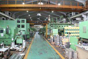 工場内では、組み立てと部品加工で機械が作られている