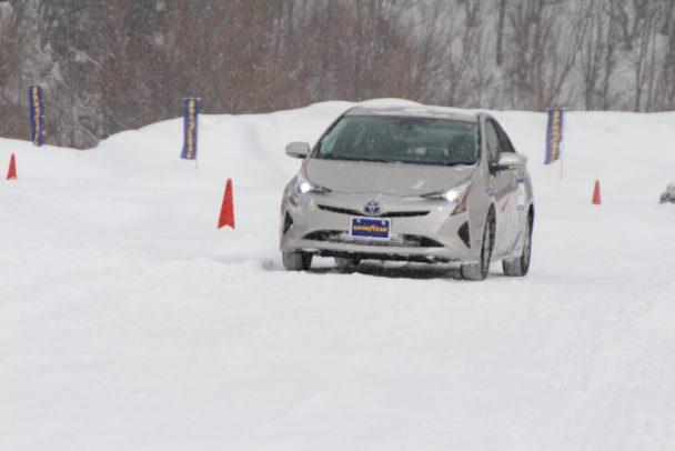 新製品を装着したプリウスで直線路とスラロームの組合せで構成された雪上周回路などを走行した