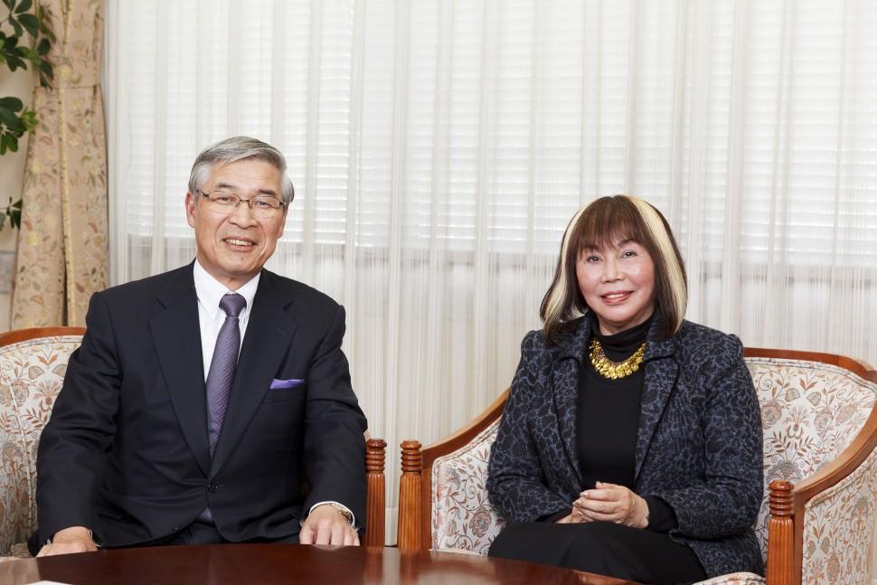 横浜ゴム南雲忠信代表取締役会長(左)とプロップ・ステーション竹中ナミ理事長