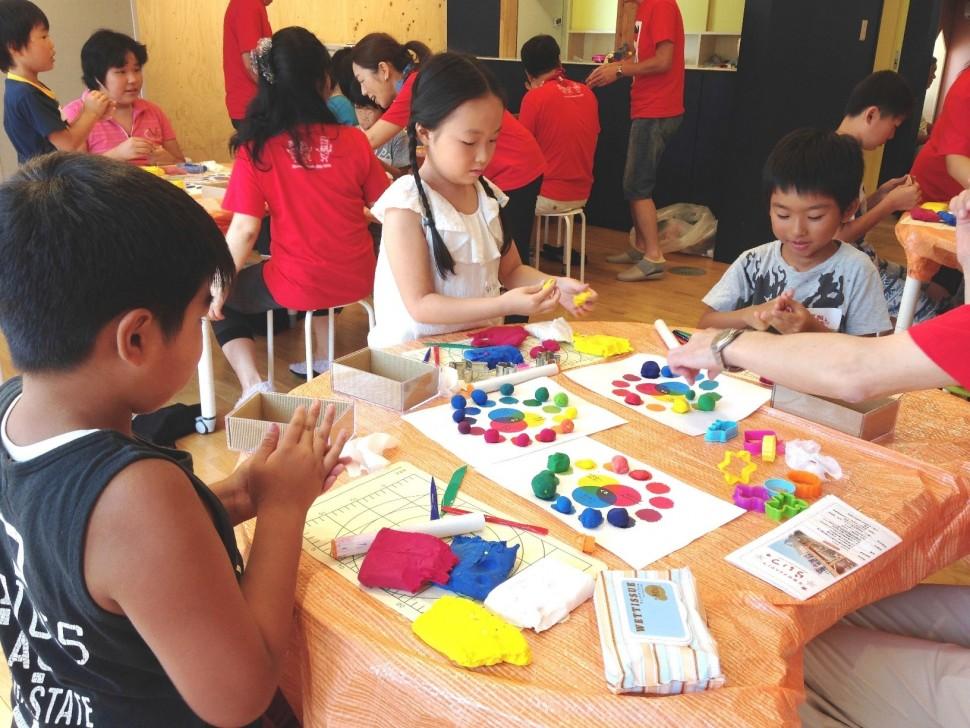 石巻市子どもセンターで化学実験に取り組む児童