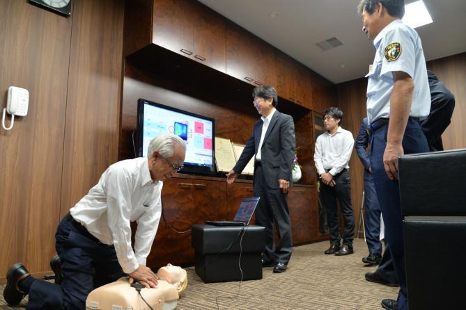 しんのすけくんを使った訓練を体験する永松市長