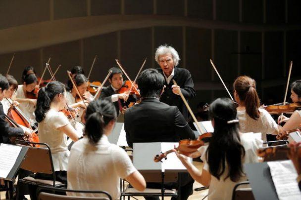 若手音楽家の演奏で指揮を執る小澤征爾氏