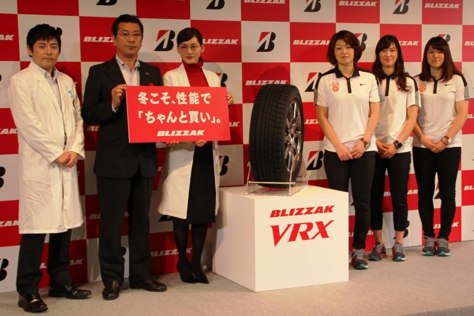 (左から)渡部氏、黒岩執行役員、綾瀬さん、スマイルジャパンの久保・鈴木・小西の3選手
