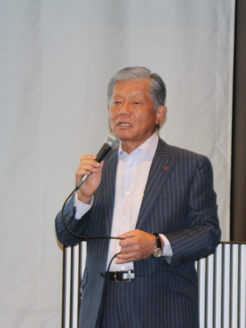 構造改革の進捗状況を説明する長坂社長