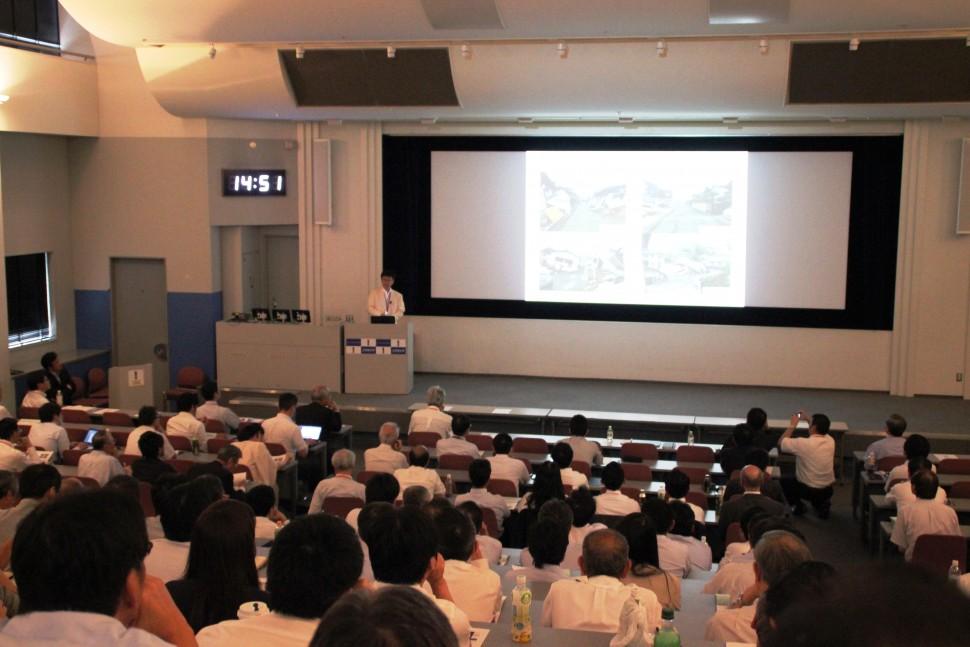 免震建物の効果を説明する高山教授