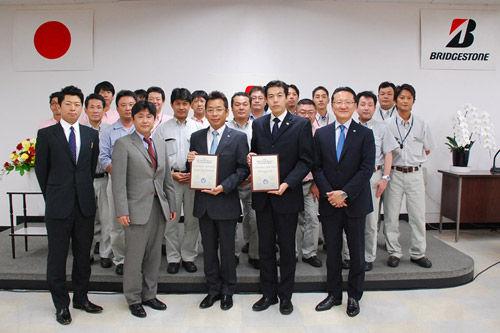 表彰式で(前列左2番目から) GM社濱田グループマネージャー、 岩國工場長、森田課長、田村本部長