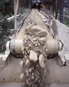 鉱山主体の海外は需要減の影響を受けている