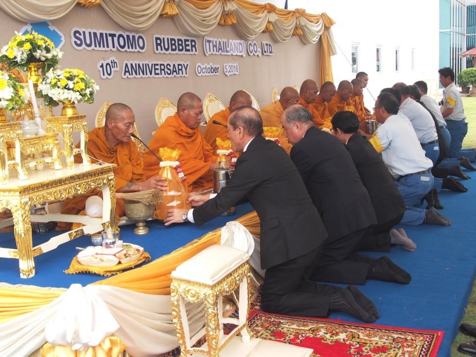 工場で行われた仏教式典