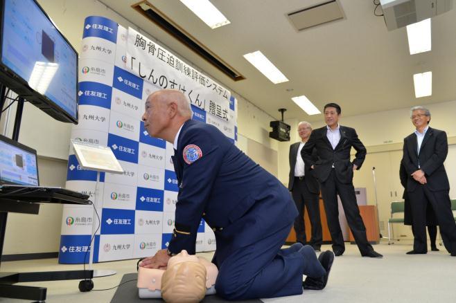 しんのすけくんを使った訓練を体験する濱地消防長