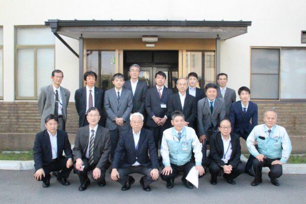 日本スピンドル製造を見学し参加者で集合写真