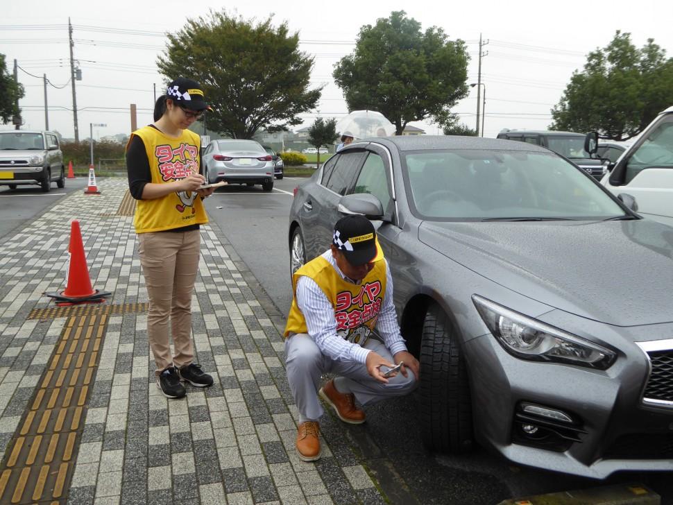 タイヤ点検活動の様子(埼玉県道の駅アグリパークゆめすぎと)