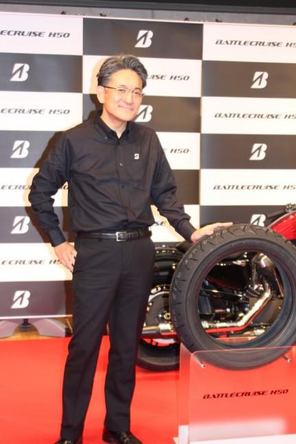 MCタイヤ事業部の武田秀幸部長が新商品を紹介した