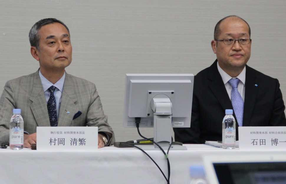 最先端材料を紹介した村岡執行役員(左)と石田部長