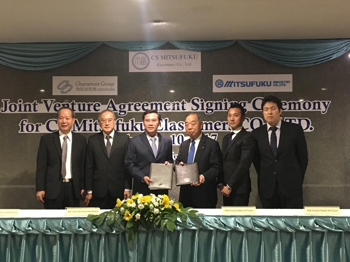 セレモニーで契約を締結する(中央右から)三井福次郎会長、三井福太郎社長、三瓶浩之コンパウンド事業部製造部長。左側3人はチャロエンシン・グループ関係者
