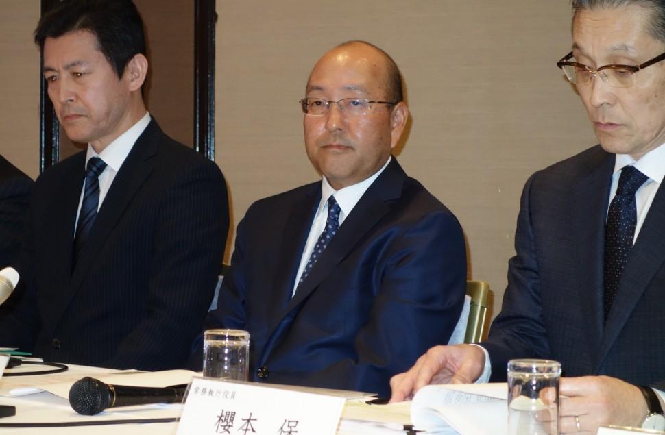 中期経営計画を発表する清水隆史社長(中央)