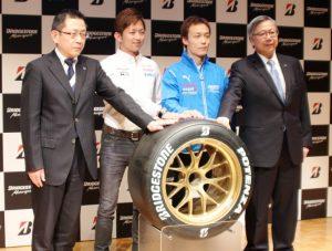 フォトセッションに応じる(左から)井出執行役員、平手選手、安田選手、鈴木執行役員