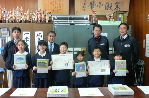 玉名町小学校で表彰を受けた子どもたち