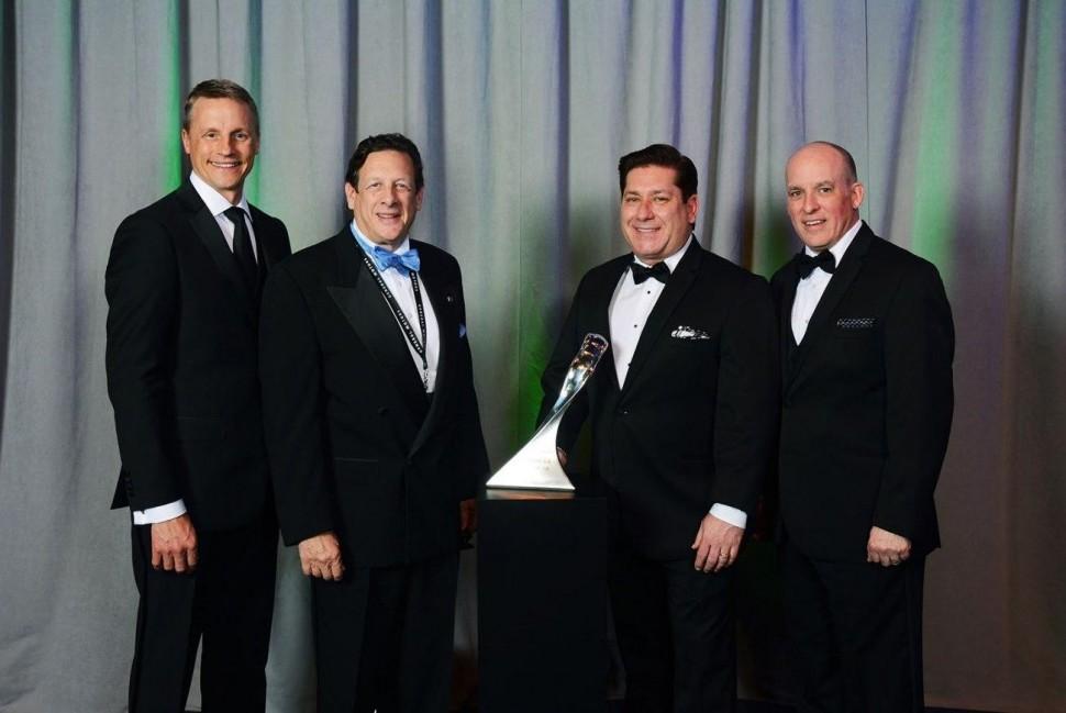 表彰を受けるBATOのマティーニ氏(中央左)とクーシマーノ氏(同右)