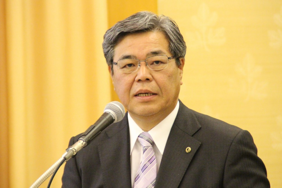 事業方針について説明する吉井社長
